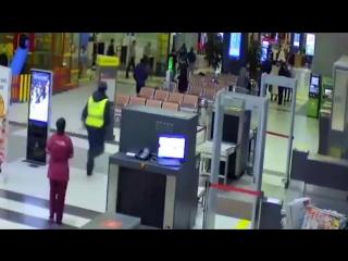 В Казани обдолбанный чувак ездил на машине по терминалу аэропорта, а ГИБДДшники ловили его руками