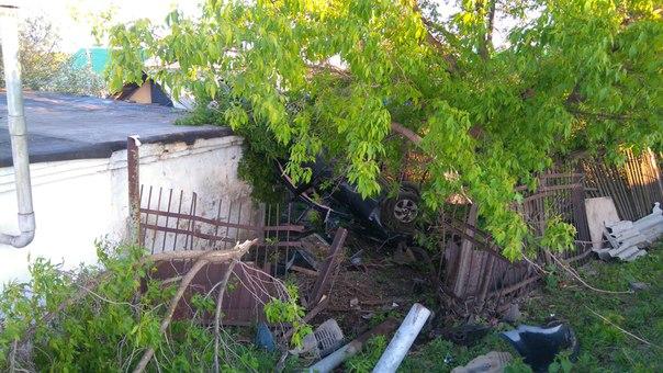 В Башкирии водитель снес металлический забор, удирая от погони