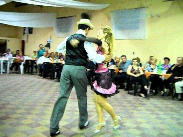 Canyengue en MECHITA Quique Camargo y Mirta Milone bailan Zorro Gris por Los Tubatango 08-12-2011