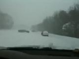 А8 Ауди Валит по снегу под горку, обгоняя Других
