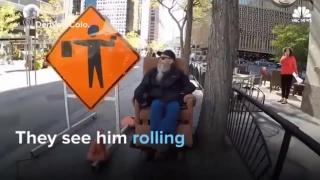 Житель Денвера передвигается по городу в обычном мягком кресле на колёсах