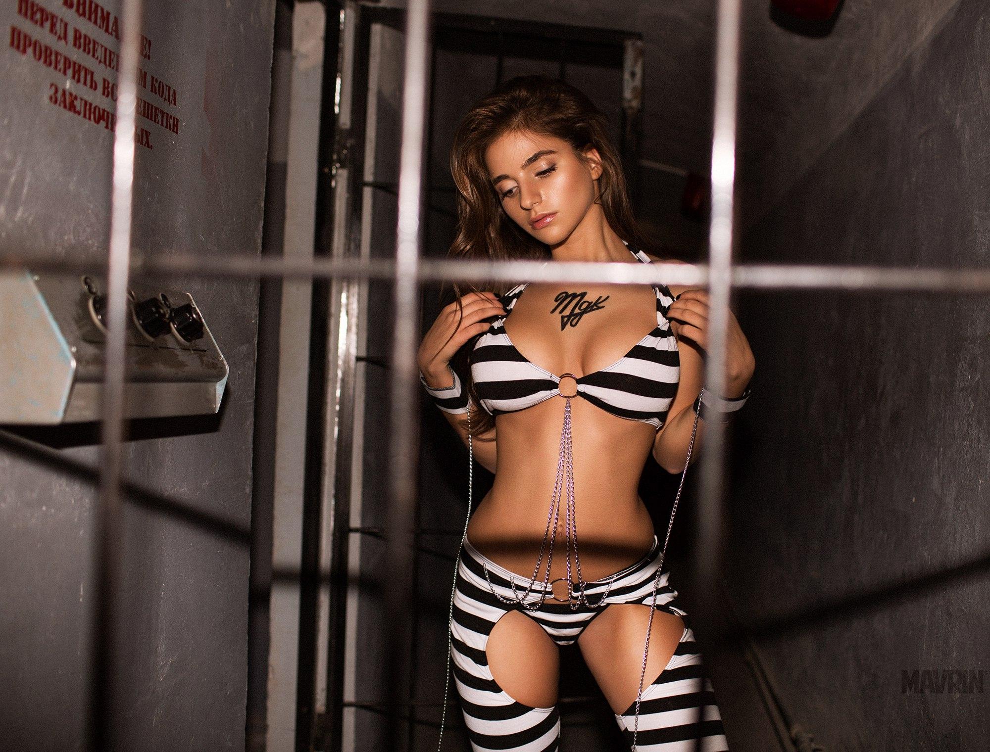 фото красивой девушки за решеткой
