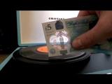 Новые британские купюры воспроизводят музыку с винилов