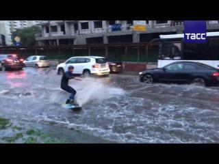 На вейкборде по затопленным улицам Москвы
