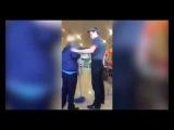 Сотрудник Burger King избивает школьника (09.09.2016)