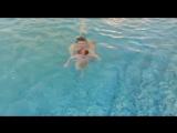Ещё один вариант, как можно отпустить ребёнка под водой.