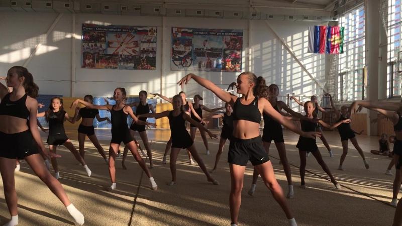 Танцевальные занятия на учебно-тренировочных сборах гимнастического клуба Небеса