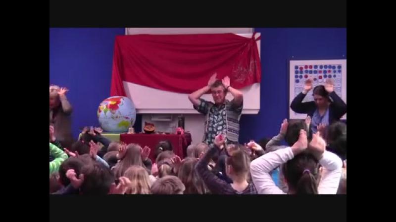 David Heathfield tells Plop! a Tibetan folk tale with children in Hamburg