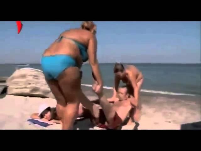 На при смотреть пляже онлайн всех сосет