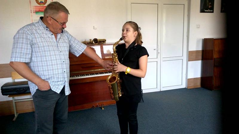 мой первый урок игры на саксофоне))
