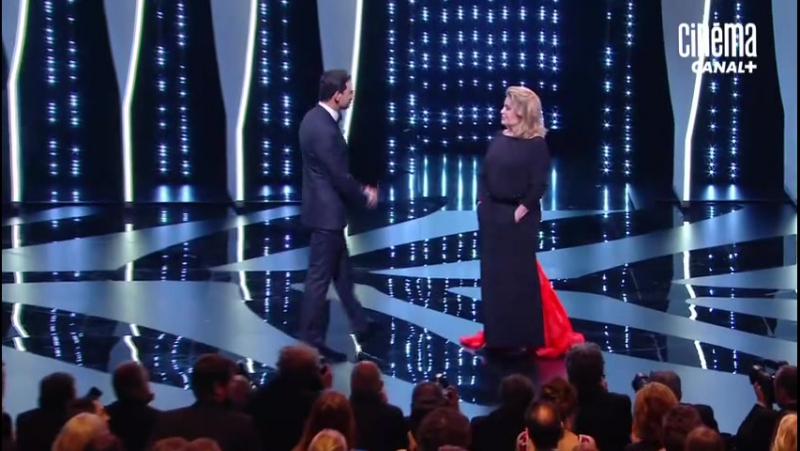 Le baiser de Catherine Deneuve et Laurent Lafitte Cannes 2016 CANAL