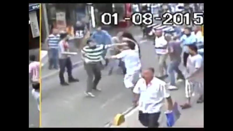 Ír férfi Isztambulban veri a muzulmánokat!