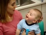 Лайфхакерша.  Ребёнок глухой от рождения впервые слышит мамин голос