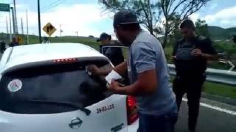 Policías exigen a conductores borrar apoyo a la CNTE
