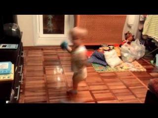 Ребенок танцует под Mi chico Latino Geri Halliwell