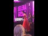 Получает награду Лучшая попрок исполнительница на церемонии American Music Awards в Лос-Анджелесе (20 ноября 2016)