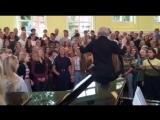 Хор исполняет Bohemian Rhapsody Фредди Меркьюри