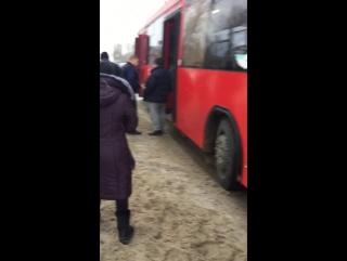 ▶ Инкассаторы требуют извинения от водителя автобуса.