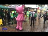 Танцевальный баттл полицейского и розовой свинки