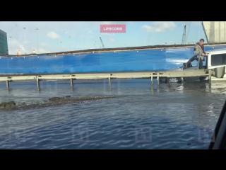 Дорогу в аэропорт Пулково залило огромное озеро воды