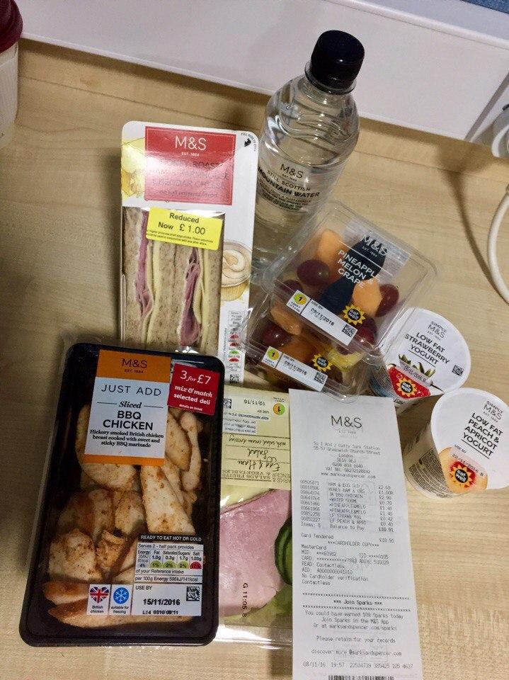 Продукты из магазина Mark&Spencer Foods около станции метро Cutty Sark. Вечером дешевле.