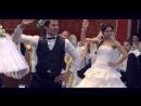 Классный свадебный танец очаровательной невесты Очаровательная невеста в роскошном свадебном платье прекрасно танцует с женихом