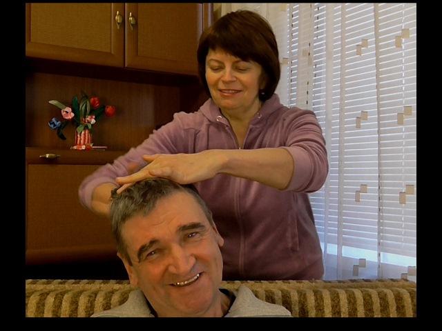 МАССАЖ ГОЛОВЫ Как улучшить рост и густоту волос Делаю массаж головы мужу