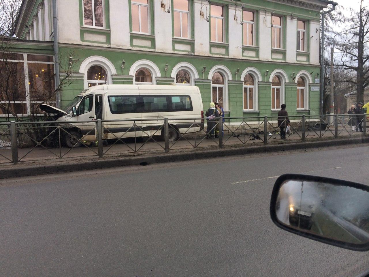 В Петергофе столкнулись два автомобиля и маршрутное такси