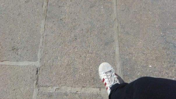 Соединение брусчатки делает вид, что прочное. Однако, работу получше я видел в Йошкар-Оле. Там песок запекали газовой горелкой и получалось почти стекло. Очень крепко. Здесь, словно простой цемент — не на века.