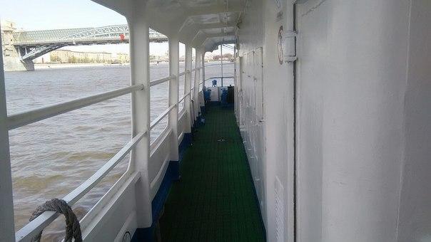 Один из морячков соблазнил нас проездом на теплоходике «Москва»