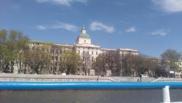 На набережной после кремля довольно много деревьев, вот только здания здесь какие-то глухие — всё равно не клёво рядом с ними гулять.