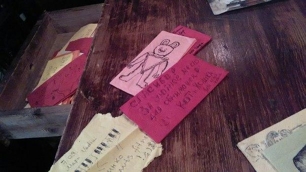 Внутри кафе я нашёл место, куда складируют посетители свои записки. Там есть и красивые рисунки и просто вот такие благодарности.  Я тут попил раф (хотя надо было вкусить эспрессо).