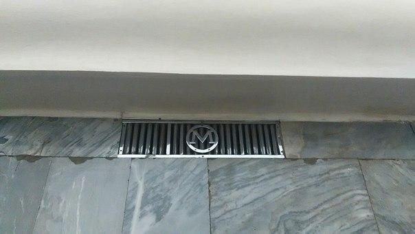 В метро всё брендированное. Даже решётки вентиляции.