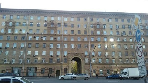 А между арбатами есть прекрасное здание, аналогичное общежитию на Покровке.