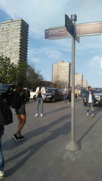 Начинается Новый Арбат. Здесь уже по-новомосковски. Здесь брусчатка московско-серого цвета. Здесь новые уличные указатели. Здесь либеральным духом пахнет.