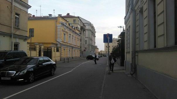 Крествоздвиженский переулок. Красивый, где часто ездят машины, но он не заставлен ими. Урбанистика, да...