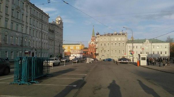 Кремль выглянул из-за угла, когда к Библиотеке имени Ленина мы подошли.
