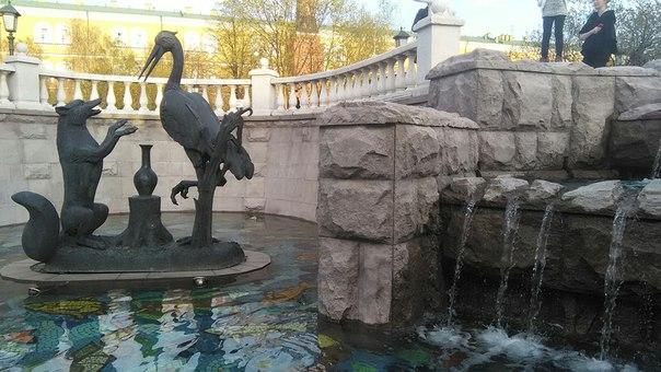 В Александровском саду просто приятно находиться: там сказке место есть. Вот эта — Лиса и Журавль.