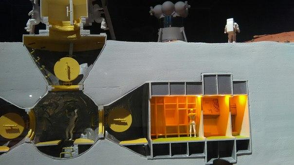 Это макет марсианской базы. Вот у той бейбы в раздевалка неплохая попка, да?  Нигде не рассказывают, для чего утолщения над и под помещениями.