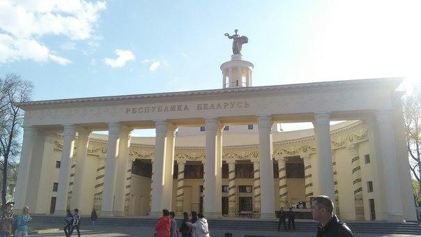 Может, я мало знаю Беларуссию, но как-то совсем не понял как это её олицетворяет. Тут якобы весь интерес в сквере за зданием и статуи олицетворяющей Родину-мать со снопом и венком.  Левее павильон Поволжья, кстати.