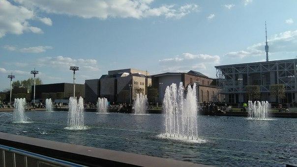 А вот и странные павильоны.  Справа налево: «Здравоохранение» (Армения), «Выставочный центр профсоюзов» (Грузия), «Металлургия» (Казахстан), «Стандарты» (Молдавия, его почти не видно).