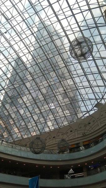 Мы внутри торгового центра, который просто создан для созидания величия Москвы-сити.