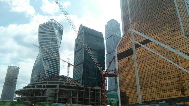 Башни справа налево: «Меркурий-сити», то ли «Москва», то ли «Санкт-Петербург», «Империя», «Эволюция». Стоится ТЦ «Аффимол».  Безусловно, с этой стороны башенки не очень-то впечатляют=) Но мы