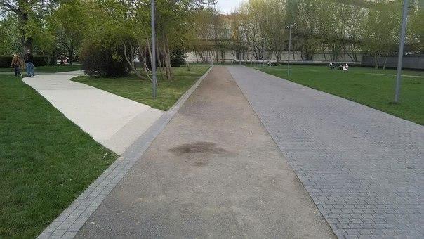 Я не понял, если честно. Типа слева бетон, три кирпича брусчатки, вновь мелкий камень, опять брусчатка.
