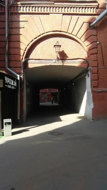 Все арки чисто утилитарные. Если бы не было необходимости в обмене между цехами, этой дыры бы не было. Как и перегона со второго на третий этаж с прошлой фотки.