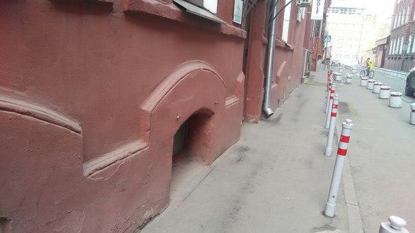 А ещё тут нет этого паршивого коричневого кантика (под гранит) снизу зданий. Красят всю стену в один цвет.