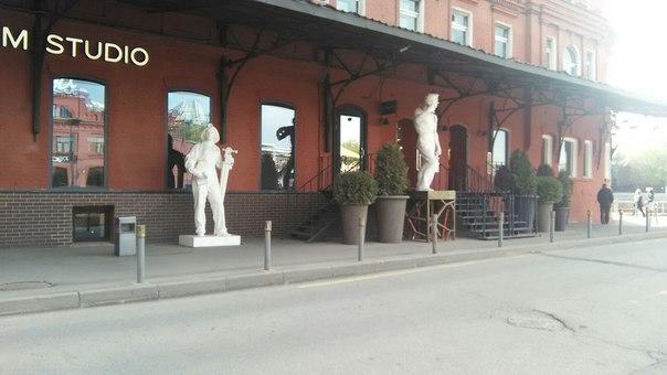 Есть и рестораны, которые не выбиваются из общей хипстерской концепции и сделали статуи