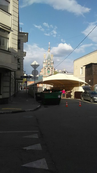 Посреди дороги устроили базар.