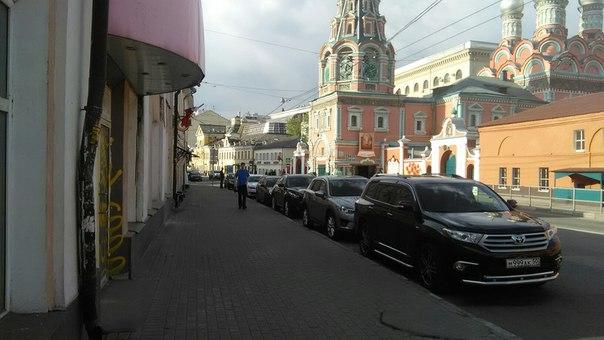 А вот суть старой Москвы. Посреди ничего возвышались густые болота и ЦЕРКОВЬ. Они там кругом, не очень-то величественные, такие для смертных.