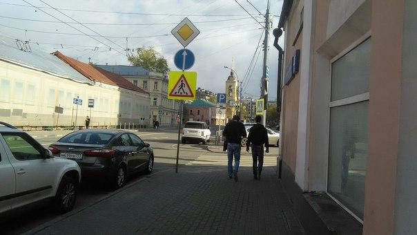 Красиво парковаться не запретишь. Мне в целом не важно можно ли поворачивать на право. Главное, чтоб чувак выезжающий на главную будет жопой стоять на пешеходке.